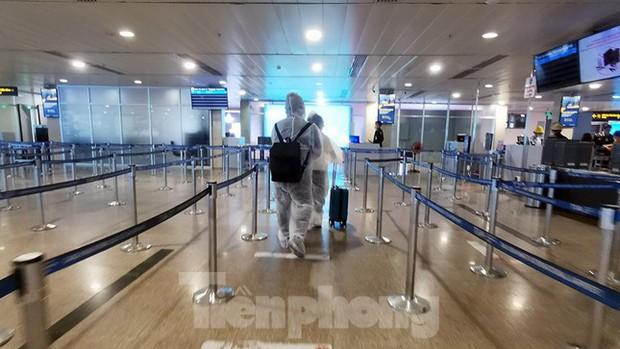 Sân bay Nội Bài, Tân Sơn Nhất vắng tanh sau khi TPHCM thực hiện giãn cách xã hội - Ảnh 7.