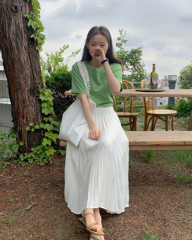 Và đây là 12 cách mix chân váy dài cực xinh của gái Hàn, đầu tuần khỏi phải lo mặc gì nhé! - Ảnh 9.