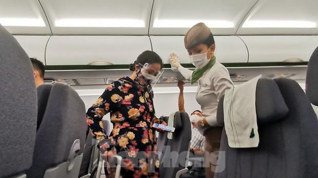 Sân bay Nội Bài, Tân Sơn Nhất vắng tanh sau khi TPHCM thực hiện giãn cách xã hội - Ảnh 9.