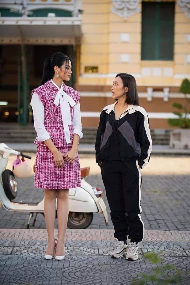Diệu Nhi sử dụng tuyệt chiêu hack dáng thần chưởng, ăn gian chiều cao khi đứng cạnh Hoa hậu Đỗ Thị Hà - Ảnh 1.