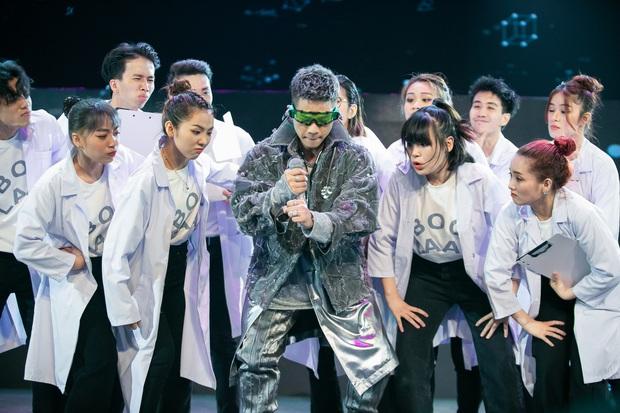 The Heroes: Quân A.P khiến giám khảo tranh giành vì chất giọng đàn ông, hát live ấn tượng - Ảnh 2.