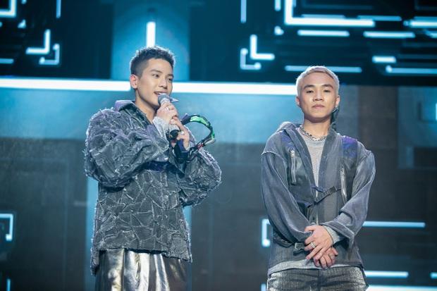 The Heroes: Quân A.P khiến giám khảo tranh giành vì chất giọng đàn ông, hát live ấn tượng - Ảnh 1.