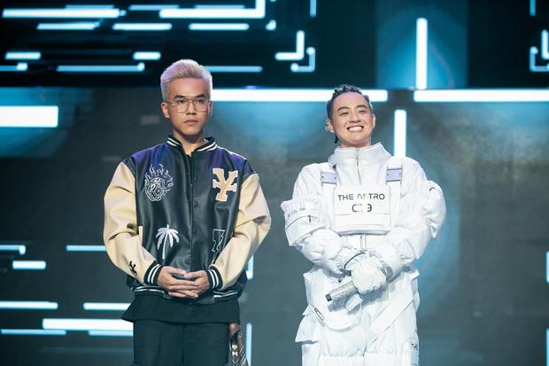 The Heroes: Quân A.P khiến giám khảo tranh giành vì chất giọng đàn ông, hát live ấn tượng - Ảnh 8.