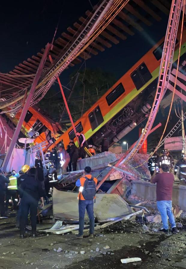 Video: Kinh hoàng cảnh cầu vượt đột ngột đổ sập, cả toa tàu đang chạy rơi xuống khiến nhiều người tử vong - Ảnh 5.