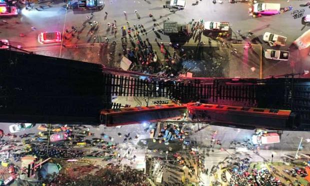 Video: Kinh hoàng cảnh cầu vượt đột ngột đổ sập, cả toa tàu đang chạy rơi xuống khiến nhiều người tử vong - Ảnh 4.