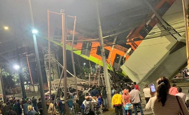 Video: Kinh hoàng cảnh cầu vượt đột ngột đổ sập, cả toa tàu đang chạy rơi xuống khiến nhiều người tử vong - Ảnh 3.