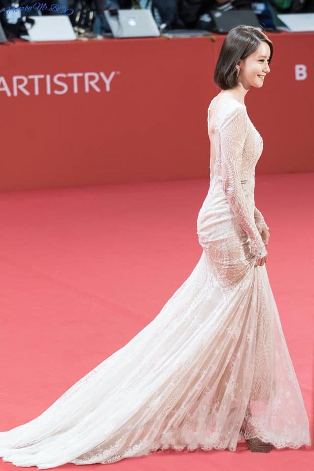 Yoona liệt kê 5 bộ cánh thảm đỏ yêu thích nhất, ai dè toàn item lộ lưng, khoe ngực mlem không chịu được! - Ảnh 6.