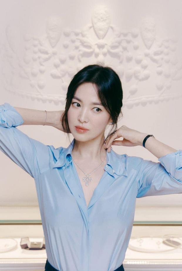 Nửa đêm, Song Hye Kyo đánh úp dân tình với bộ ảnh đẹp muốn xỉu: Diện sơ mi đơn giản mà sang hết nấc, gương mặt cực phẩm xinh hút hồn - Ảnh 5.