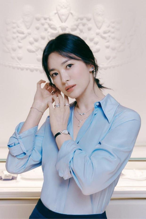 Nửa đêm, Song Hye Kyo đánh úp dân tình với bộ ảnh đẹp muốn xỉu: Diện sơ mi đơn giản mà sang hết nấc, gương mặt cực phẩm xinh hút hồn - Ảnh 4.