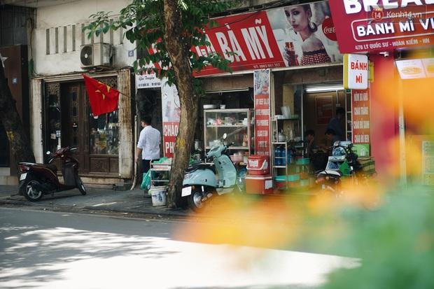 Phố xá Hà Nội ngày đầu toàn dân đi làm trở lại: Lác đác hàng ăn sáng mở cửa, cà phê hiếm bóng người - Ảnh 2.