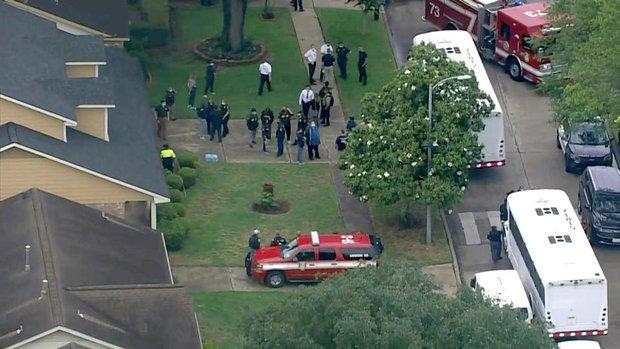 Tìm 3 mẹ con mất tích, cảnh sát kinh hoàng phát hiện hơn 100 người chỉ mặc đồ lót ở cùng họ trong ngôi nhà tồi tàn - Ảnh 2.