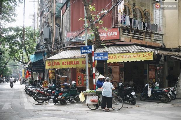 Phố xá Hà Nội ngày đầu toàn dân đi làm trở lại: Lác đác hàng ăn sáng mở cửa, cà phê hiếm bóng người - Ảnh 3.