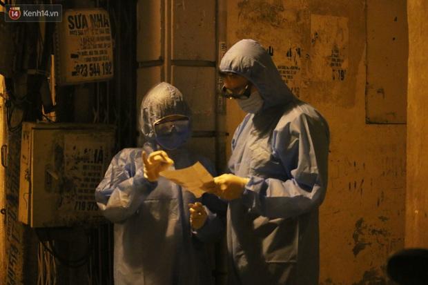 Hà Nội: Cận cảnh phong tỏa, phun khử khuẩn con ngõ trên đường Kim Mã, nơi ở của nam bác sĩ dương tính với SARS-CoV-2 - Ảnh 3.
