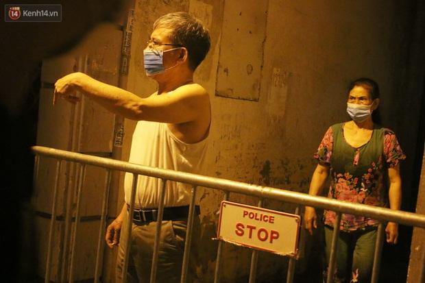 Hà Nội: Cận cảnh phong tỏa, phun khử khuẩn con ngõ trên đường Kim Mã, nơi ở của nam bác sĩ dương tính với SARS-CoV-2 - Ảnh 10.