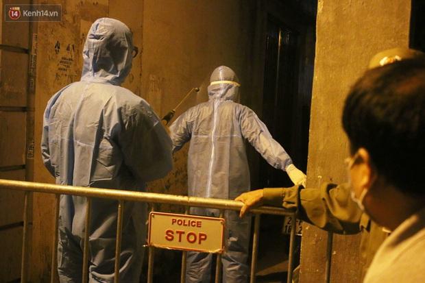 Hà Nội: Cận cảnh phong tỏa, phun khử khuẩn con ngõ trên đường Kim Mã, nơi ở của nam bác sĩ dương tính với SARS-CoV-2 - Ảnh 11.