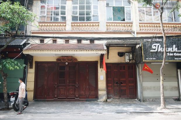 Phố xá Hà Nội ngày đầu toàn dân đi làm trở lại: Lác đác hàng ăn sáng mở cửa, cà phê hiếm bóng người - Ảnh 1.