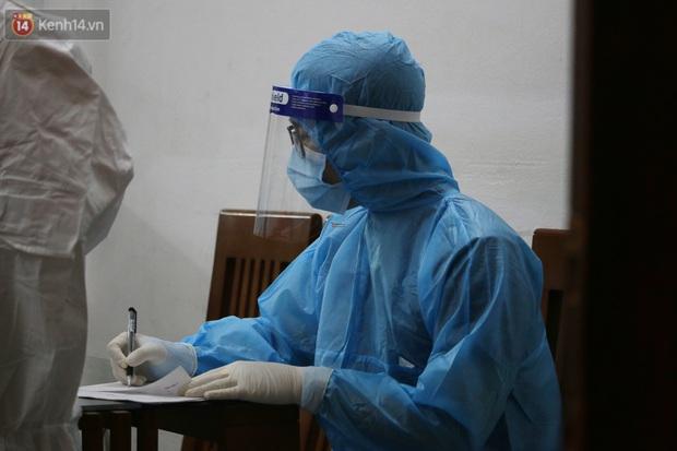 Hà Nội: Cận cảnh phong tỏa, phun khử khuẩn con ngõ trên đường Kim Mã, nơi ở của nam bác sĩ dương tính với SARS-CoV-2 - Ảnh 5.