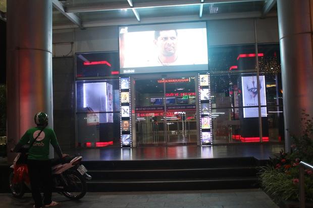Rạp chiếu phim ở Hà Nội đồng loạt đóng cửa phòng dịch, nhiều khách cố mua suất chiếu cuối nhưng đành ngậm ngùi quay xe - Ảnh 6.