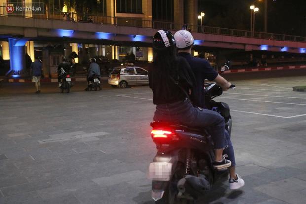 Rạp chiếu phim ở Hà Nội đồng loạt đóng cửa phòng dịch, nhiều khách cố mua suất chiếu cuối nhưng đành ngậm ngùi quay xe - Ảnh 4.