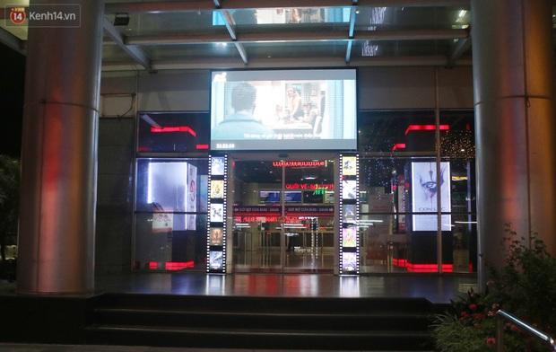 Rạp chiếu phim ở Hà Nội đồng loạt đóng cửa phòng dịch, nhiều khách cố mua suất chiếu cuối nhưng đành ngậm ngùi quay xe - Ảnh 2.
