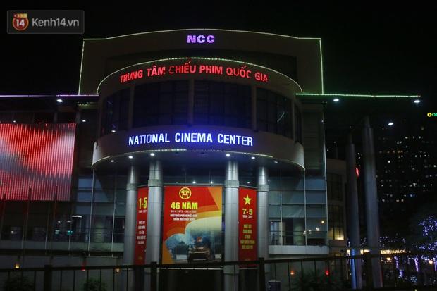 Rạp chiếu phim ở Hà Nội đồng loạt đóng cửa phòng dịch, nhiều khách cố mua suất chiếu cuối nhưng đành ngậm ngùi quay xe - Ảnh 1.