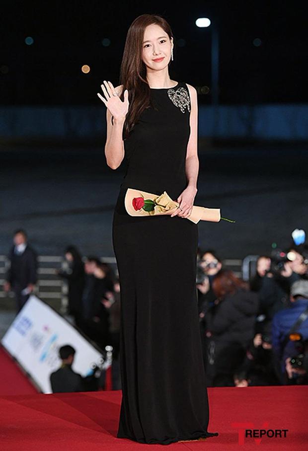 Yoona liệt kê 5 bộ cánh thảm đỏ yêu thích nhất, ai dè toàn item lộ lưng, khoe ngực mlem không chịu được! - Ảnh 8.