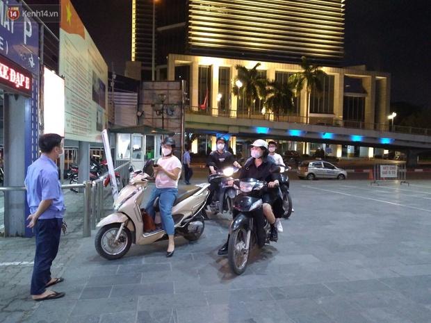 Rạp chiếu phim ở Hà Nội đồng loạt đóng cửa phòng dịch, nhiều khách cố mua suất chiếu cuối nhưng đành ngậm ngùi quay xe - Ảnh 3.