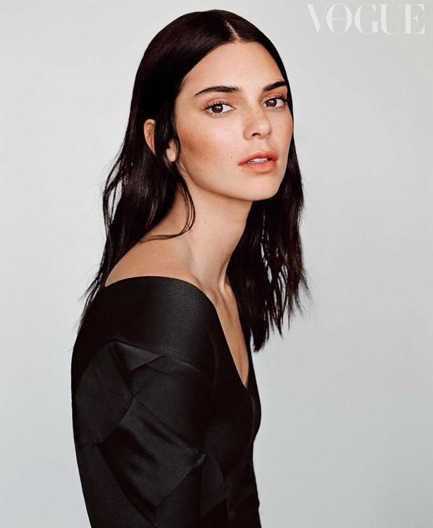 Kendall Jenner lên bìa Vogue, ai dè bị chê tới tấp: Mặt vô hồn, dáng kỳ lạ dìm cả body đến mức bị chê người mẫu tệ nhất lịch sử - Ảnh 9.