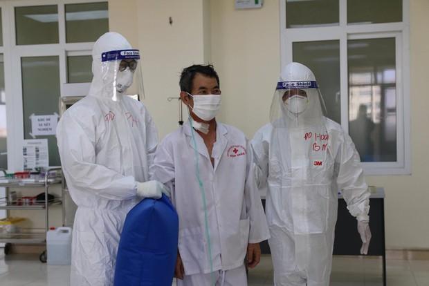 Bác sĩ lý giải nguyên nhân nam thanh niên mắc COVID-19 khi đi chung máy bay với ca bệnh - Ảnh 1.