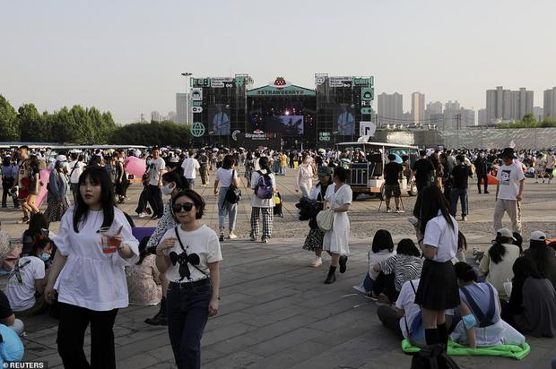 Hàng nghìn người không đeo khẩu trang tham dự nhạc hội ở Vũ Hán - Ảnh 1.