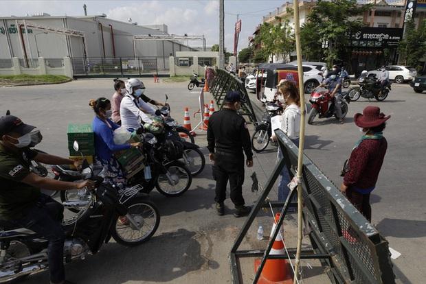 Campuchia ghi nhận kỷ lục gần 1.000 ca mắc mới COVID-19 trong 24 giờ qua - Ảnh 1.