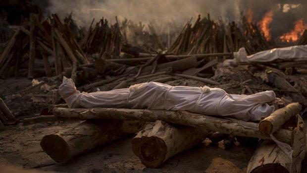 Chùm ảnh 1 tuần Ấn Độ lầm than vì đại hồng thủy Covid-19: Khói lửa mù mịt cay xè mắt người ở lại, đau thắt ruột gan tiễn biệt người thân - Ảnh 1.