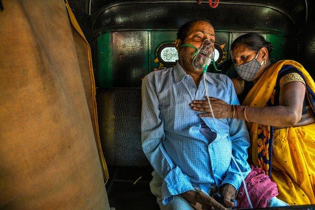 Chùm ảnh 1 tuần Ấn Độ lầm than vì đại hồng thủy Covid-19: Khói lửa mù mịt cay xè mắt người ở lại, đau thắt ruột gan tiễn biệt người thân - Ảnh 11.