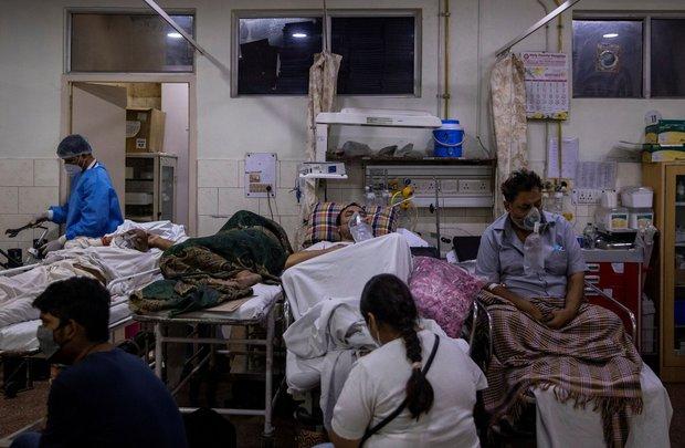 Chùm ảnh 1 tuần Ấn Độ lầm than vì đại hồng thủy Covid-19: Khói lửa mù mịt cay xè mắt người ở lại, đau thắt ruột gan tiễn biệt người thân - Ảnh 12.