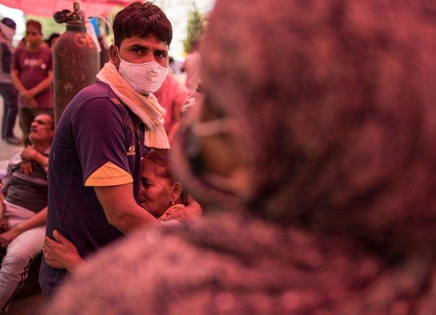 Chùm ảnh 1 tuần Ấn Độ lầm than vì đại hồng thủy Covid-19: Khói lửa mù mịt cay xè mắt người ở lại, đau thắt ruột gan tiễn biệt người thân - Ảnh 15.