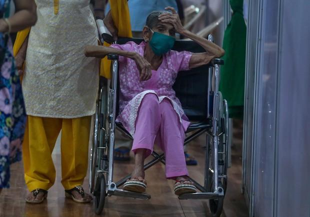 Chùm ảnh 1 tuần Ấn Độ lầm than vì đại hồng thủy Covid-19: Khói lửa mù mịt cay xè mắt người ở lại, đau thắt ruột gan tiễn biệt người thân - Ảnh 18.