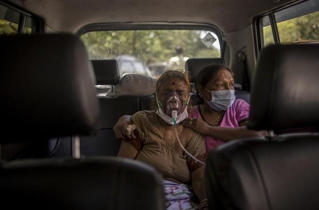 Chùm ảnh 1 tuần Ấn Độ lầm than vì đại hồng thủy Covid-19: Khói lửa mù mịt cay xè mắt người ở lại, đau thắt ruột gan tiễn biệt người thân - Ảnh 20.