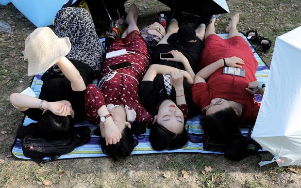 Hàng nghìn người không đeo khẩu trang tham dự nhạc hội ở Vũ Hán - Ảnh 3.