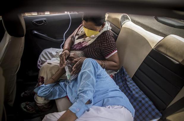 Chùm ảnh 1 tuần Ấn Độ lầm than vì đại hồng thủy Covid-19: Khói lửa mù mịt cay xè mắt người ở lại, đau thắt ruột gan tiễn biệt người thân - Ảnh 22.