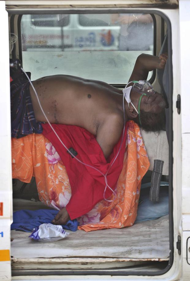 Chùm ảnh 1 tuần Ấn Độ lầm than vì đại hồng thủy Covid-19: Khói lửa mù mịt cay xè mắt người ở lại, đau thắt ruột gan tiễn biệt người thân - Ảnh 23.