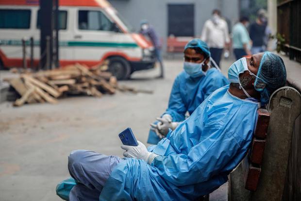 Chùm ảnh 1 tuần Ấn Độ lầm than vì đại hồng thủy Covid-19: Khói lửa mù mịt cay xè mắt người ở lại, đau thắt ruột gan tiễn biệt người thân - Ảnh 25.