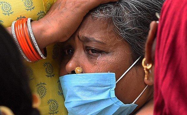 Chùm ảnh 1 tuần Ấn Độ lầm than vì đại hồng thủy Covid-19: Khói lửa mù mịt cay xè mắt người ở lại, đau thắt ruột gan tiễn biệt người thân - Ảnh 26.