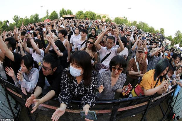 Hàng nghìn người không đeo khẩu trang tham dự nhạc hội ở Vũ Hán - Ảnh 4.