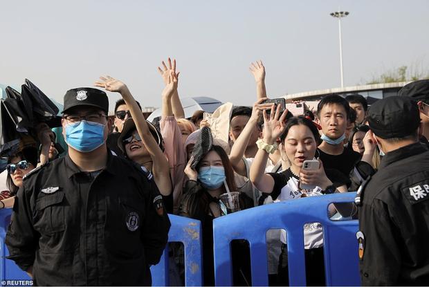 Hàng nghìn người không đeo khẩu trang tham dự nhạc hội ở Vũ Hán - Ảnh 5.