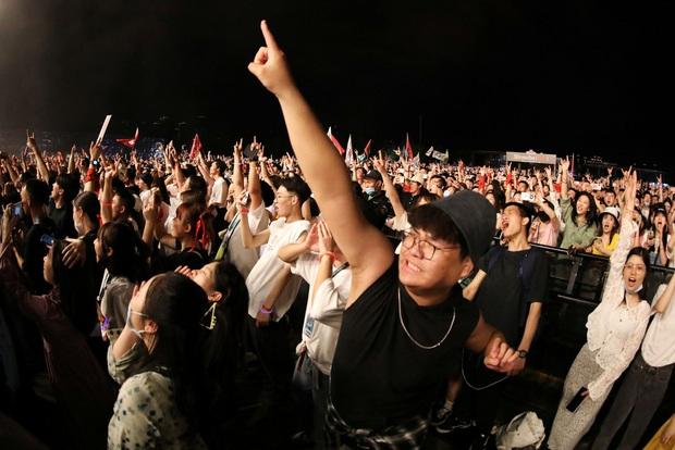 Hàng nghìn người không đeo khẩu trang tham dự nhạc hội ở Vũ Hán - Ảnh 7.
