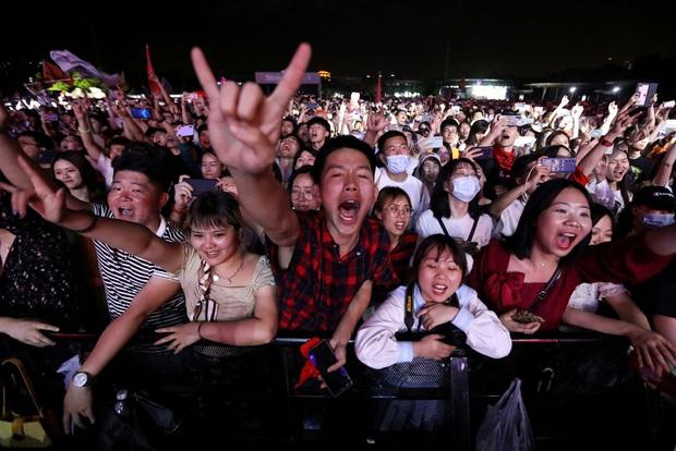 Hàng nghìn người không đeo khẩu trang tham dự nhạc hội ở Vũ Hán - Ảnh 8.
