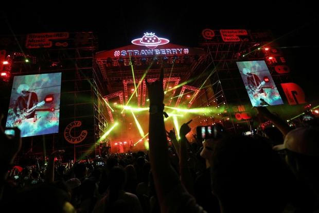 Hàng nghìn người không đeo khẩu trang tham dự nhạc hội ở Vũ Hán - Ảnh 9.