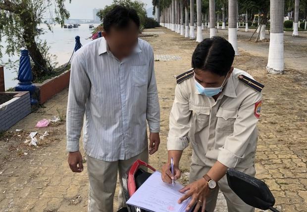 Đà Nẵng xử phạt hàng chục người không đeo khẩu trang trong ngày 4/5 - Ảnh 1.