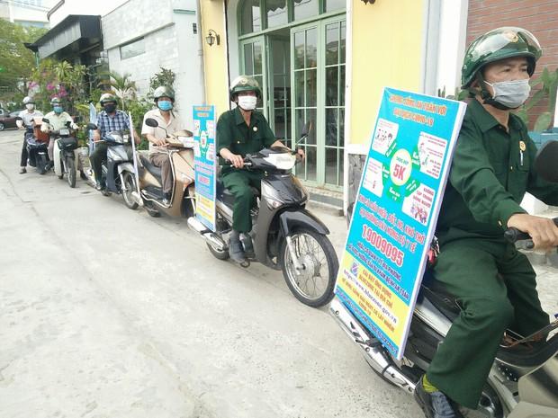 Đà Nẵng xử phạt hàng chục người không đeo khẩu trang trong ngày 4/5 - Ảnh 2.