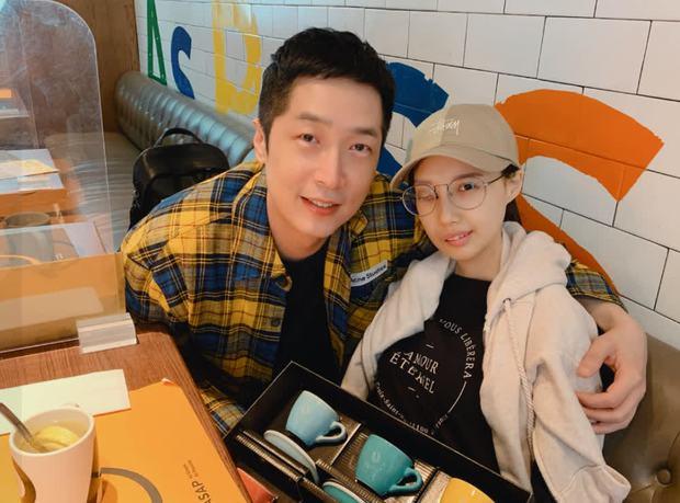 9 năm chiến đấu với bệnh ung thư hiếm gặp, nữ ca sĩ đã trút hơi thở cuối cùng ở tuổi 31 với gương mặt biến dạng - Ảnh 2.